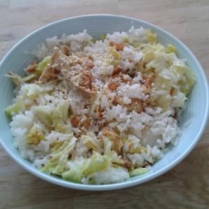 Witte rijst met chinese kool en omeletreepjes