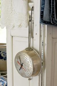 Hangende pan als klok