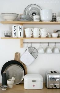 Lichte houten open planken voor in de keuken
