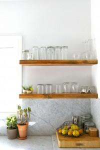open houten planken met glazen