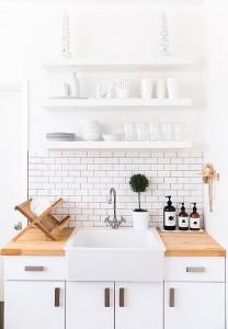 witte keuken met houten werkblad