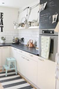 witte keuken met kleuraccenten