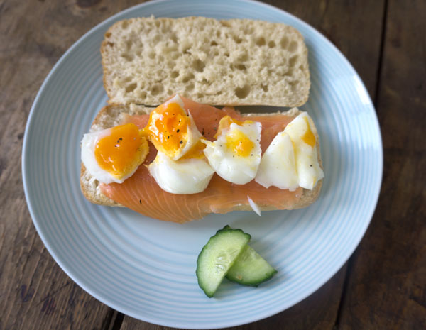 brunch bagel met gepocheerd ei