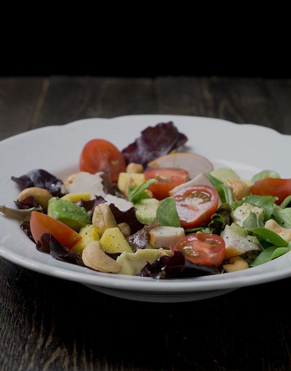 Salade met gerookte kip, mango en avocado