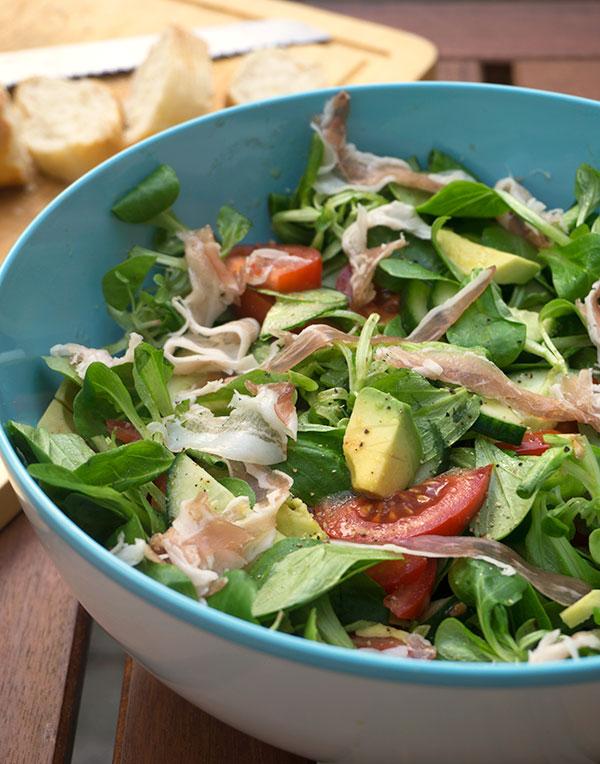 Salade met avocado, tomaat en pancetta