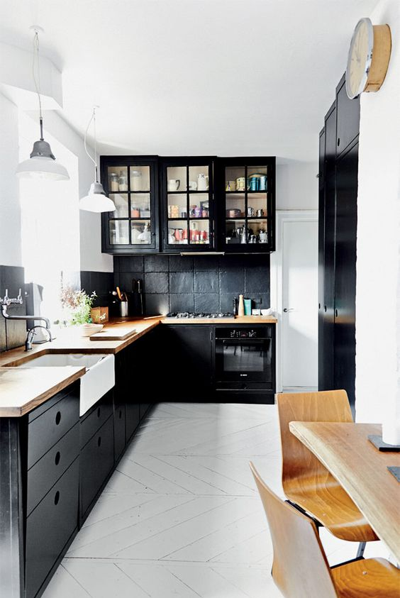 Zwarte keuken met houten blad