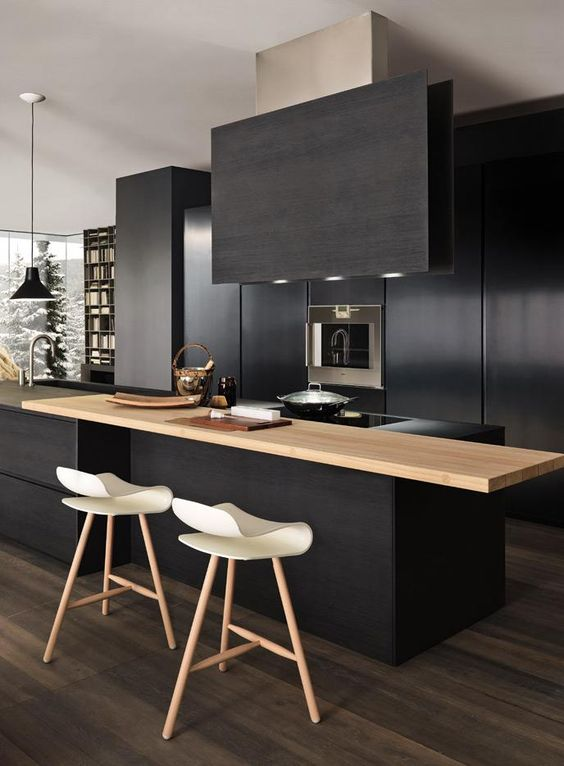 zwarte keuken met houten bar