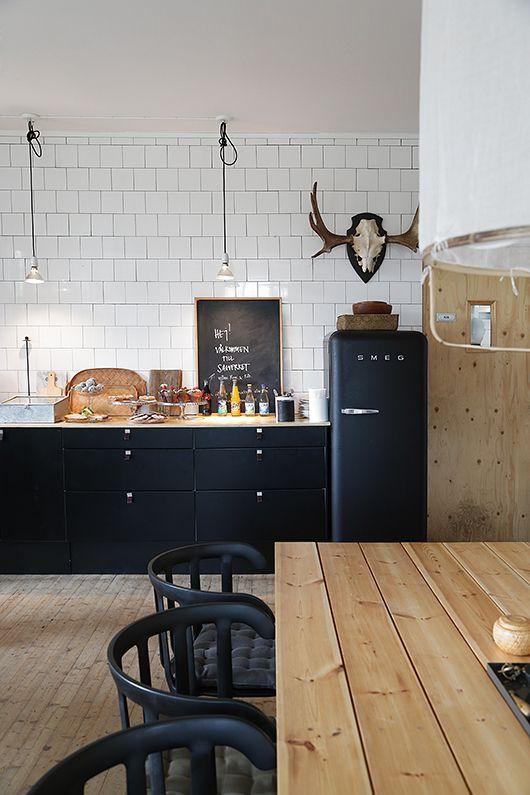 zwarte keuken houten tafel