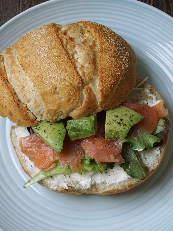 broodje met gerookte zalm, avocado en ricotta