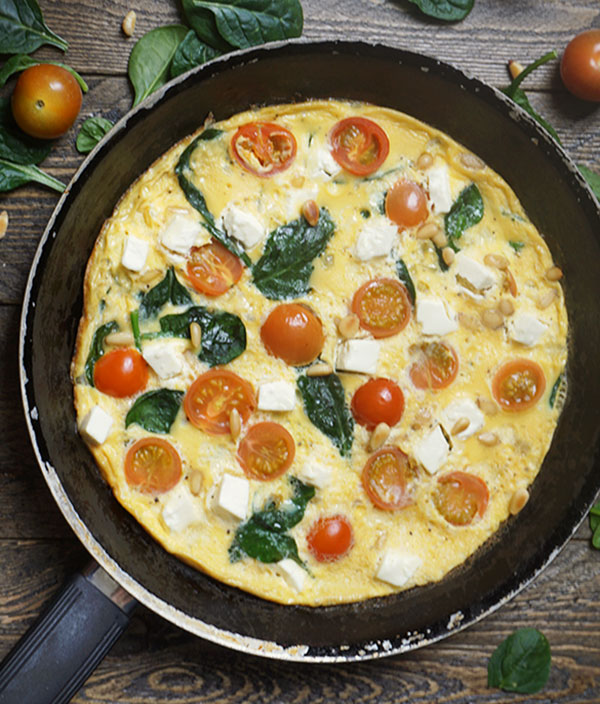 Omelet met spinazie, cherrytomaten, feta en pijnboompitten
