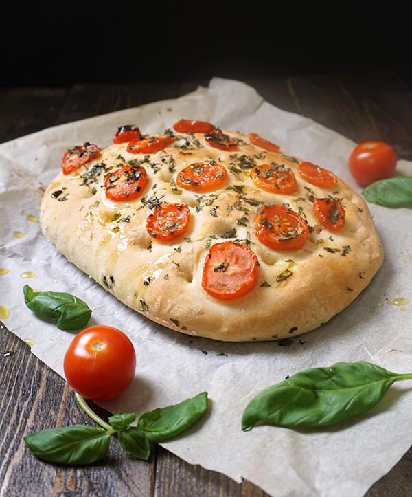 focaccia met tomaat en basilicum