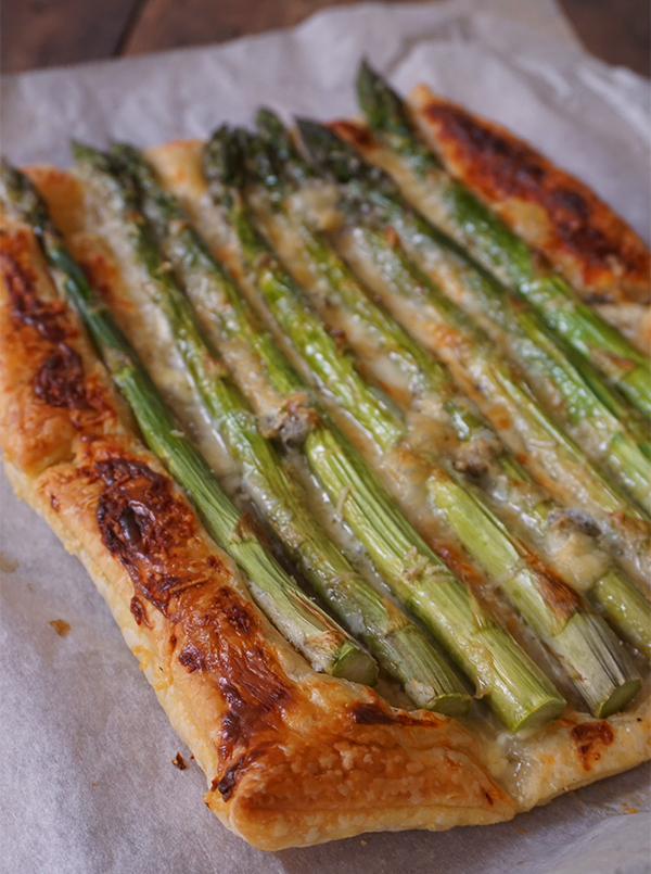 plaattaart met groene asperges en gorgonzola