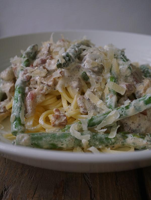 spaghetti met spekjes en groene asperges