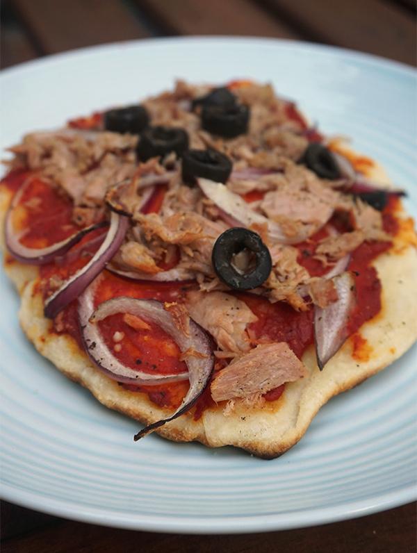 naanpizza met tonijn en zwarte olijven