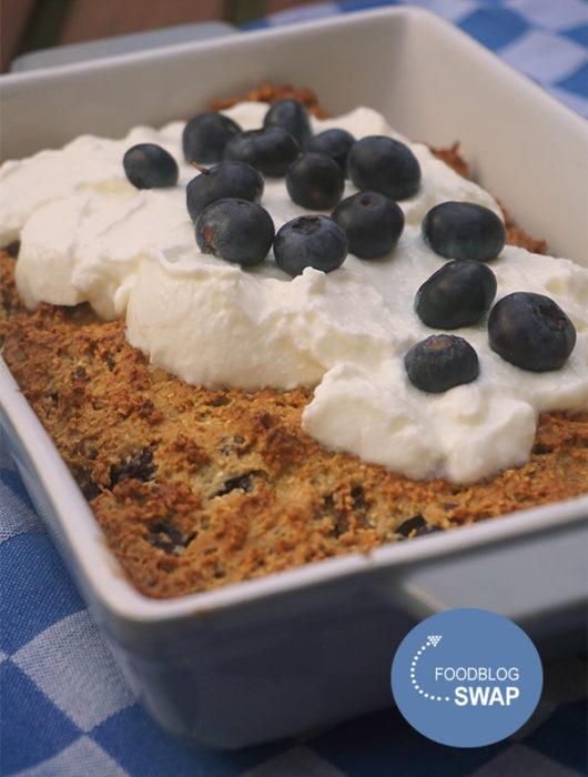 Havermouttaart met blauwe bessen en yoghurt