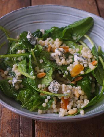Parelcouscous salade met spinazie en blauwe kaas
